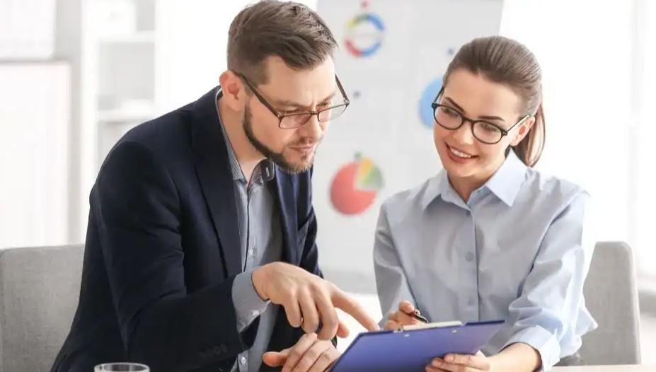 tình huống giữa nhân viên bán hàng và khách hàng